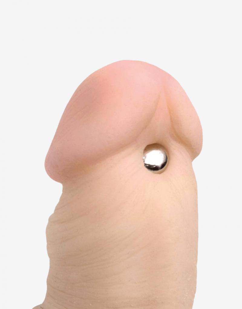 Her sidder de magnetiske klemmer ved strengen på penis