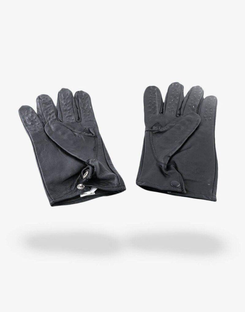 Handskerne er fremstillet af læder med små pigge på fingrene