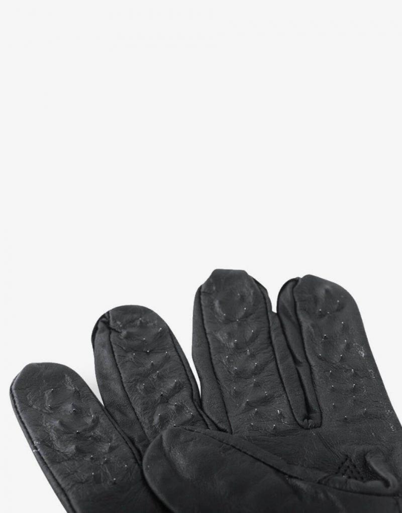 Brug handskerne med pigge til at pirre og stimulere din partners sanser