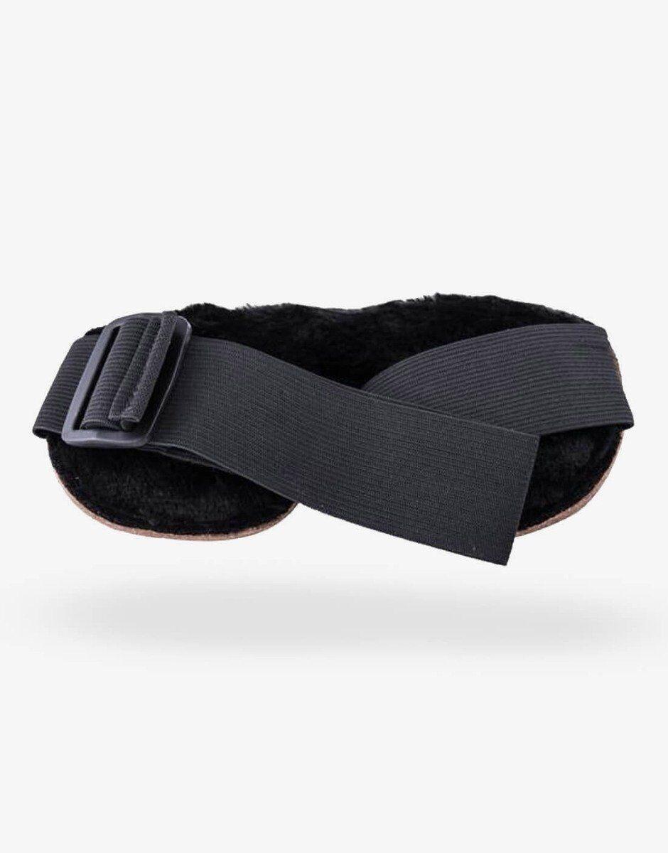 Du justerer let blindfoldet med spændet, som sidder på elastikken
